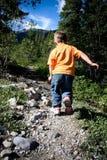 Caminhando o menino Fotos de Stock Royalty Free