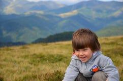 Caminhando o menino branco feliz fotografia de stock royalty free