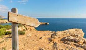 Caminhando o sinal na montanha pelo mar Fotografia de Stock