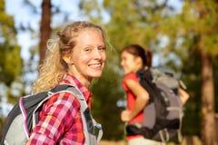 Caminhando o sorriso do retrato da mulher feliz na floresta Imagens de Stock Royalty Free