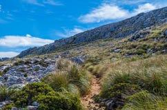 Caminhando o trajeto no Tramuntana em GR 221, Mallorca, Espanha Fotos de Stock Royalty Free