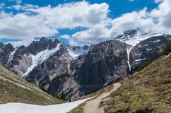Caminhando o trajeto nos cumes das dolomites, southtyrol, Itália Fotografia de Stock Royalty Free