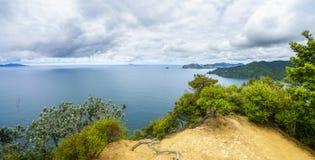 Caminhando a passagem litoral de Coromandel, Nova Zelândia 4 imagem de stock