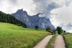 Caminhando a pista do trajeto e do país na frente da montanha Schlern Imagens de Stock