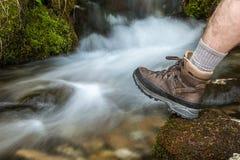 Caminhando a sapata na frente da cascata foto de stock royalty free