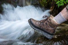 Caminhando a sapata na frente da cascata imagem de stock royalty free