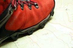 Caminhando sapatas no mapa das montanhas Imagem de Stock