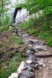 Caminhando a trilha nas montanhas Fotos de Stock Royalty Free