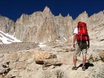 Caminhando uma montanha alta imagens de stock