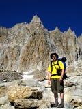 Caminhando uma montanha alta Fotografia de Stock Royalty Free