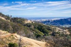 Caminhando a vista dos montes e dos vales em Mt Diablo State Park Fotos de Stock Royalty Free