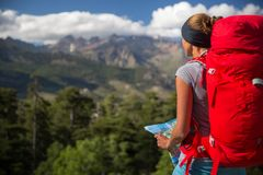 Caminhante bonito, fêmea nas montanhas altas imagem de stock royalty free
