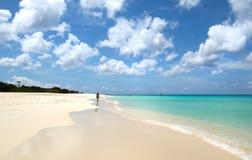 Caminhante branco da praia da areia Água do mar azul e nuvens dramáticas Oranjestad, Aruba Eagle Beach famoso imagens de stock