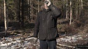 Caminhante com machete e garrafa térmica na floresta vídeos de arquivo