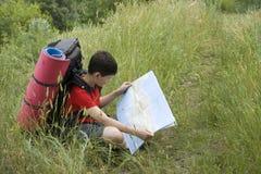 Caminhante com o mapa Fotos de Stock Royalty Free