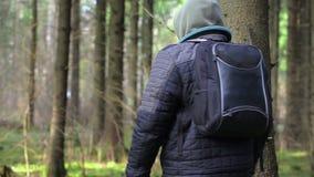 Caminhante com PC e machete da tabuleta na floresta filme