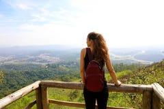 Caminhante com trouxa que aprecia a vista do pico de Jaragua, Sao Paulo, Brasil imagens de stock