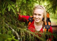 Caminhante da jovem mulher que esconde sob uma árvore Foto de Stock Royalty Free