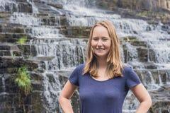 Caminhante da jovem mulher, turista no fundo de surpreender Pongour Fotos de Stock Royalty Free