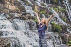 Caminhante da jovem mulher, turista no fundo de surpreender Pongour Foto de Stock Royalty Free