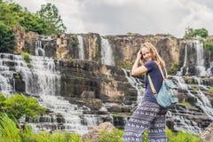 Caminhante da jovem mulher, turista no fundo de surpreender Pongour Fotos de Stock