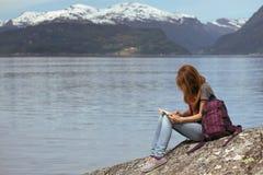 Caminhante da menina na Noruega Fotografia de Stock Royalty Free