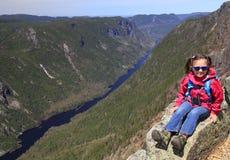 Caminhante da menina que senta-se na cimeira de DES Draveures de Acropoles, parque nacional do Hautes-Desfiladeiro-de-la-Rivière Imagem de Stock