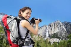 Caminhante da montanha da mulher que toma imagens em Yosemite Fotos de Stock Royalty Free