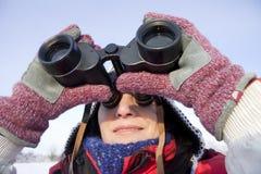Caminhante da mulher com binóculos Fotos de Stock