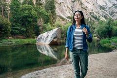 Caminhante da mulher do desejo por viajar no feriado em yosemite imagem de stock