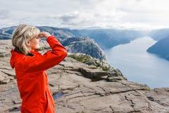 Caminhante da mulher na rocha do púlpito/Preikestolen, Noruega Fotografia de Stock