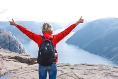 Caminhante da mulher na rocha do púlpito/Preikestolen, Noruega Imagens de Stock