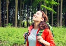 Caminhante da mulher na vista de sorriso da floresta acima de apreciação a liberdade Fotografia de Stock