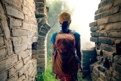 Caminhante da mulher que caminha no Grande Muralha imagem de stock