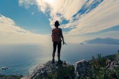 caminhante da mulher que está no pico de montanha Fotos de Stock