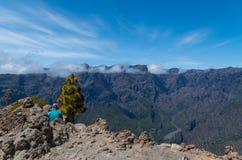 Caminhante da mulher que senta-se na cimeira com panorama, La Palma Fotografia de Stock