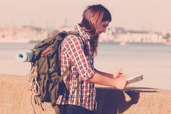 Caminhante do homem com a trouxa que vaga pelo beira-mar Imagens de Stock Royalty Free