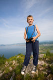 Caminhante do menino com binóculos sobre uma montanha. Fotografia de Stock