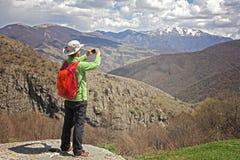 Caminhante do turista que toma a foto usando o telefone esperto no mountai armênio Foto de Stock Royalty Free