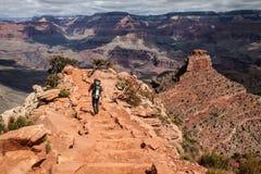 Caminhante em Grand Canyon, o Arizona, EUA imagem de stock royalty free