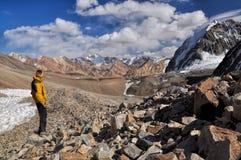 Caminhante em montanhas de Pamir Imagens de Stock