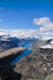 Caminhante em Trolltunga, Noruega Imagem de Stock Royalty Free