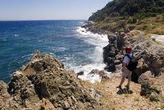 Caminhante em uma rocha acima do mar Foto de Stock Royalty Free
