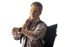Caminhante envelhecido médio que verifica o pulso no App da saúde do Smart Watch imagem de stock