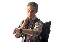 Caminhante envelhecido médio que verifica o pulso no App da saúde do Smart Watch fotografia de stock royalty free