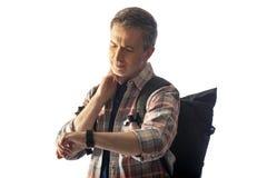 Caminhante envelhecido médio que verifica o pulso no App da saúde do Smart Watch imagens de stock