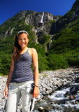Caminhante fêmea na cachoeira Fotografia de Stock