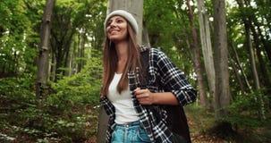 Caminhante fêmea na madeira video estoque
