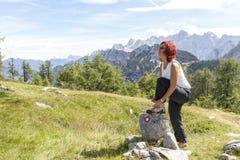 Caminhante fêmea que amarra laços da bota Fotografia de Stock
