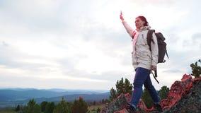 Caminhante fêmea que aprecia a cimeira com bomba de fumo vídeos de arquivo
